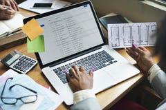 Concetto di lavoro del email di tecnologia del computer portatile di lavoro di squadra della gente Immagini Stock Libere da Diritti