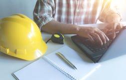 Concetto di lavoro dell'ingegnere dell'architetto con il computer portatile e la costruzione immagine stock libera da diritti
