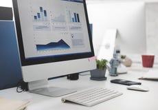 Concetto di lavoro di analisi di contabilità dello scrittorio dell'area di lavoro fotografie stock