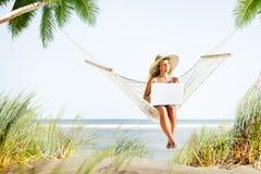Concetto di lavoro di godimento della spiaggia di rilassamento della donna fotografie stock libere da diritti
