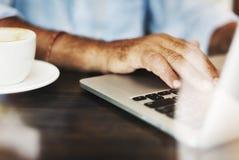 Concetto di lavoro di rilassamento della caffetteria di scrittura dell'uomo senior fotografia stock