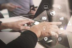 concetto di lavoro di riunione del gruppo di co, uomo d'affari facendo uso dello Smart Phone Fotografia Stock