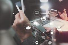 concetto di lavoro di riunione del gruppo di co, uomo d'affari facendo uso dello Smart Phone Immagini Stock