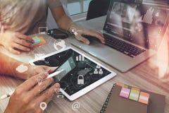 concetto di lavoro di riunione del gruppo di co, uomo d'affari facendo uso dello Smart Phone Fotografia Stock Libera da Diritti