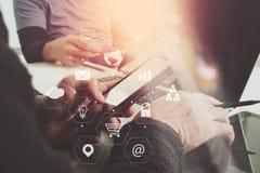 concetto di lavoro di riunione del gruppo di co, uomo d'affari facendo uso dello Smart Phone Immagine Stock Libera da Diritti