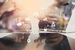 concetto di lavoro di riunione del gruppo di co, uomo d'affari facendo uso dello Smart Phone Immagini Stock Libere da Diritti