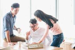 Concetto di lavoro di squadra Piano di giovane impresa che discute con la riunione di lavoro di ufficio e digitale di dati di org immagini stock libere da diritti
