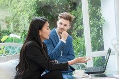 Concetto di lavoro di squadra Piano di giovane impresa e discutere con il concetto di lavoro di ufficio e digitale di dati di org immagini stock libere da diritti