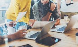 Concetto di lavoro di squadra Sottotetto moderno di Team Brainstorming During Work Process dei colleghe vicino alla finestra Prog immagini stock libere da diritti