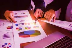 Concetto di lavoro Le donne di affari e dell'uomo d'affari stanno consultando la o fotografia stock