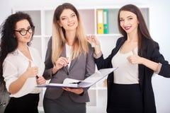 Concetto di lavoro di squadra, confrontante le idee Squadra dell'uomo d'affari che lavora con la n immagine stock libera da diritti