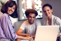 Concetto di lavoro di squadra Giovani colleghe creativi che lavorano con il nuovo progetto startup in ufficio moderno Il gruppo d immagine stock