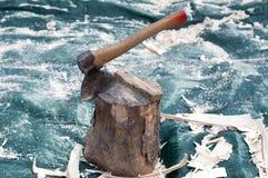 Concetto di legno del fuoco Ascia che taglia libro macchina a pezzi Immagini Stock Libere da Diritti