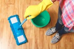 Concetto di legno del pavimento del lavaggio Immagine Stock