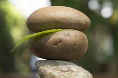 Concetto di legno della pietra del pavimento della tri pila spirituale della roccia di zen Fotografia Stock