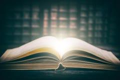 Concetto di legno dello scrittorio della biblioteca del vecchio libro Fotografie Stock Libere da Diritti