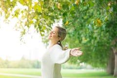 Concetto di libertà & felice, donna in parco all'aperto fotografia stock