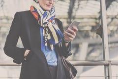 Concetto di Lifestyle Commuter Connection della donna di affari fotografia stock libera da diritti