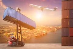 Concetto di logistica per i contenitori di affari globali che spediscono, logistici, l'importazione e l'industria esportatrice immagini stock libere da diritti