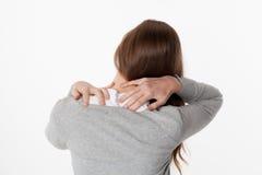 Concetto di mal di schiena, donna 20s nella vista posteriore con affaticamento della spina dorsale e tensione Fotografia Stock