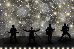 Concetto di manifestazione della banda con luce gialla e le stelle Insieme delle siluette dei musicisti, dei cantanti e dei balle royalty illustrazione gratis