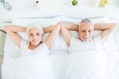 Concetto di mattina Una foto di vista superiore dell'angolo alto del peop dei capelli di due gray immagine stock libera da diritti