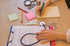 Concetto di medico Medico che lavora con la carta nella stanza dell'ufficio dell'ospedale immagine stock libera da diritti