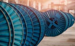 Concetto di metallurgia dell'industria pesante Bobina per elettricità d'avvolgimento dei fili di rame o del metallo fotografia stock libera da diritti