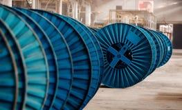 Concetto di metallurgia dell'industria pesante Bobina per elettricità d'avvolgimento dei fili di rame o del metallo immagine stock libera da diritti