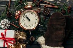 Concetto di mezzanotte del nuovo anno orologio d'annata alla moda con quasi twe Immagine Stock Libera da Diritti