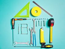 Concetto di miglioramento domestico Attrezzi per bricolage stabiliti del lavoro per costruzione o la riparazione della casa immagine stock