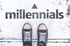 Concetto di Millennials con le paia delle scarpe da tennis sulla pavimentazione Fotografie Stock
