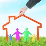 Concetto di misura di alloggio per una famiglia felice Immagine Stock Libera da Diritti