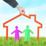 Concetto di misura di alloggio per una giovane famiglia felice Immagini Stock