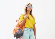 Concetto di modo della via - ragazza alla moda dei pantaloni a vita bassa in occhiali da sole immagini stock libere da diritti
