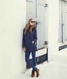 Concetto di modo della via - ragazza graziosa dei pantaloni a vita bassa nello stile urbano Immagine Stock Libera da Diritti