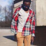 Concetto di modo della via - ritratto di giovane uomo africano alla moda immagine stock