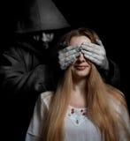 Concetto di morte: donna sorpresa dall'uomo diabolico Fotografia Stock Libera da Diritti