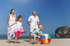 Concetto di Mother Son Daughter del padre della famiglia del beach ball fotografia stock