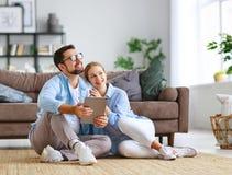 Concetto di muoversi, casa d'acquisto piani della coppia sposata per riparare e proiettare appartamento immagine stock