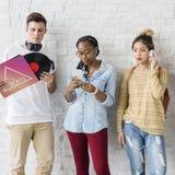 Concetto di musica di spettacolo degli amici degli studenti di diversità Fotografie Stock