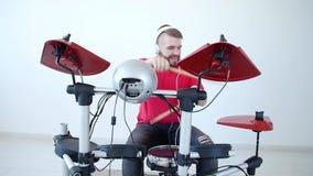 Concetto di musica e di hobby Giovane divertendosi giocando batteria elettronica Kit At Home archivi video