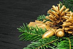 Concetto di natura morta con le decorazioni dorate Fotografia Stock