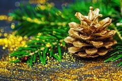 Concetto di natura morta con le decorazioni dorate Immagine Stock
