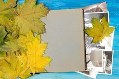 Concetto di nostalgia memorie Apra il libro d'annata dell'album di foto con le pagine in bianco con lo spazio della copia immagini stock