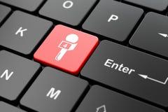 Concetto di notizie: Microfono sul fondo della tastiera di computer Fotografie Stock Libere da Diritti