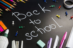 Concetto di nuovo alla scuola - accessori dello studente o della scuola fotografia stock