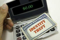 Concetto di obbligazione con il ladro sneaky che ruba i dati del calcolatore dal computer portatile alla notte Fotografie Stock Libere da Diritti