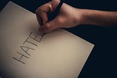 Concetto di odio - passi l'odio di scrittura sul libro fotografia stock libera da diritti