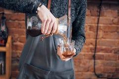 Concetto di ordine di Prepare Coffee Working di barista immagini stock